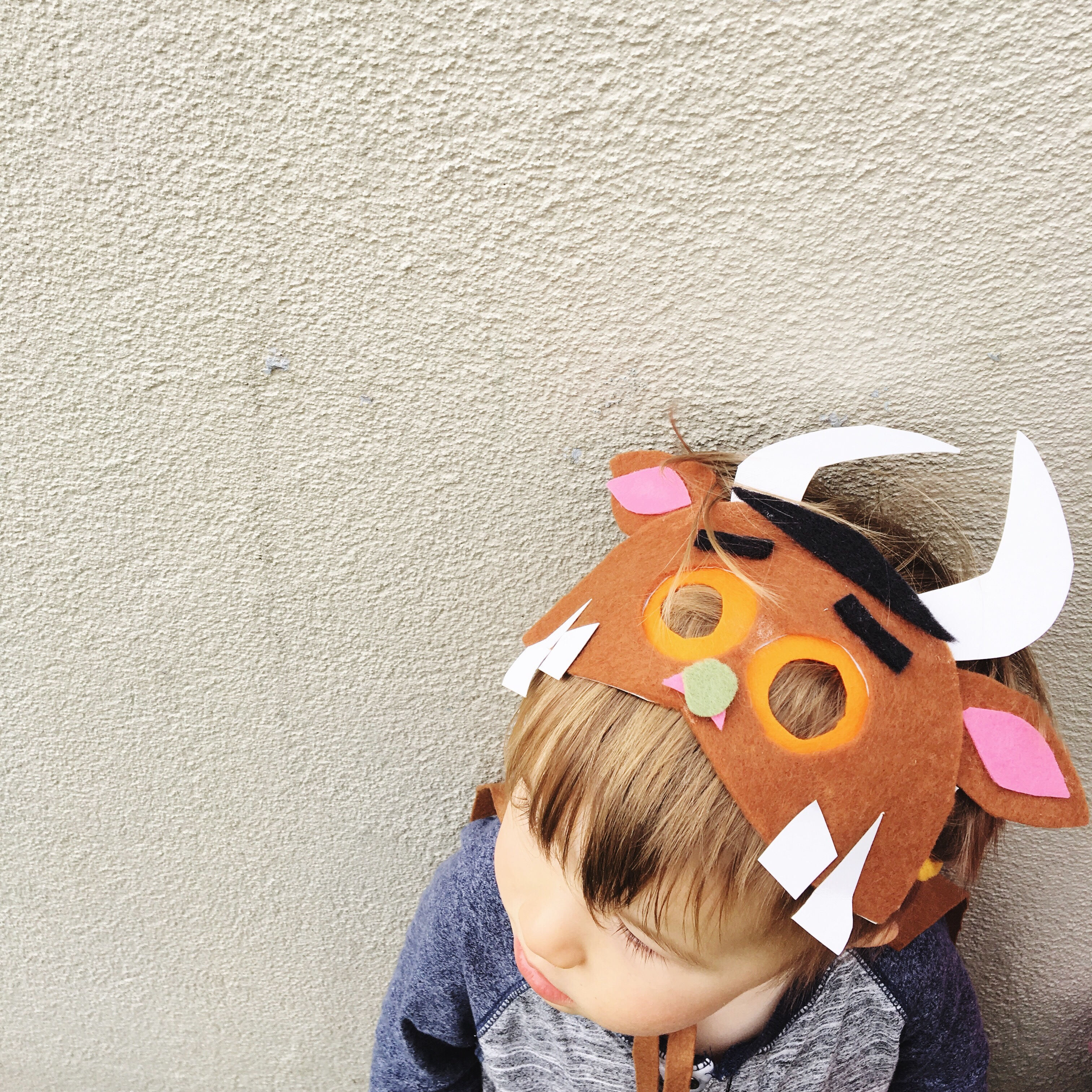 Perfect for a fancy dress party or Book Week parade. How to make your own simple Gruffalo costume using felt, paper plates and glue.